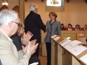 Bürgermeisterin Agnes Christner gratuliert Rolf Wittmann